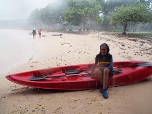 masih senyum walaupun abis jatuh di atas karang