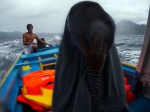 Ombak  dan hujan di perjalanan menuju pulau Syahrir
